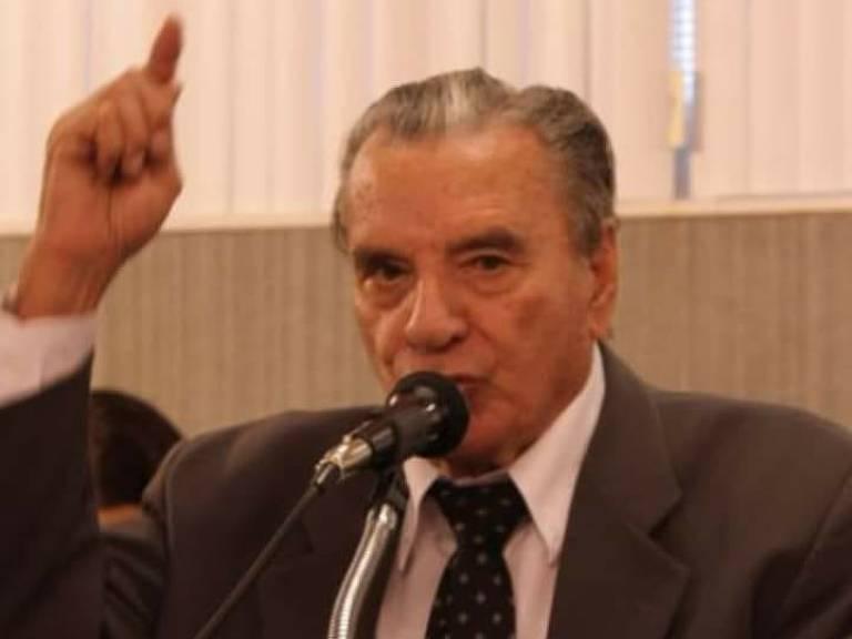 Didimo Miranda de Paiva fala ao microfone.