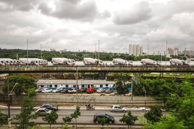 Teste de carga é feito no viaduto da Marginal Pinheiros, na zona oeste de São Paulo, neste sábado (18)