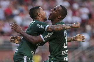Carlos Eduardo (à dir.) abraça Dudu após fazer o gol da vitória do Palmeiras no Pacaembu