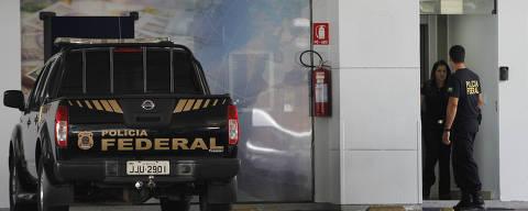 BRASÍLIA DF, BRASIL, 17-03-2014: Equipe da Polícia Federal faz batida em casa de câmbio que funciona em posto de gasolina (Posto da Torre) no Distrito Federal durante a Operação Lava Jato.  (Foto: Beto Barata/Folhapress, PODER)