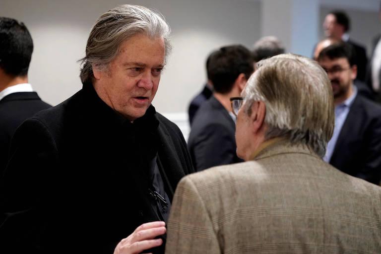 O estrategista americano Steve Bannon conversa com o escritor brasileiro Olavo de Carvalho (de costas) durante encontro em Washington