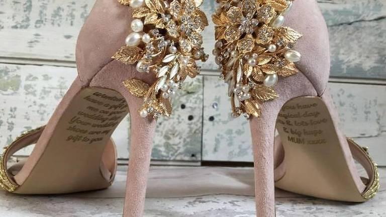Emma encomendou sapatos customizados, nos quais sua mãe escondeu uma mensagem