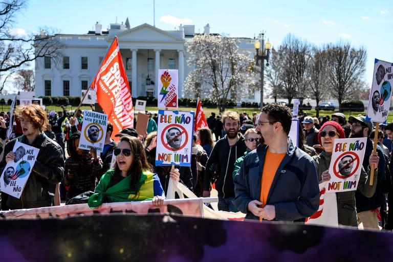 Manifestantes protestam em frente a Casa Branca contra a visita de Jair Bolsonaro aos EUA