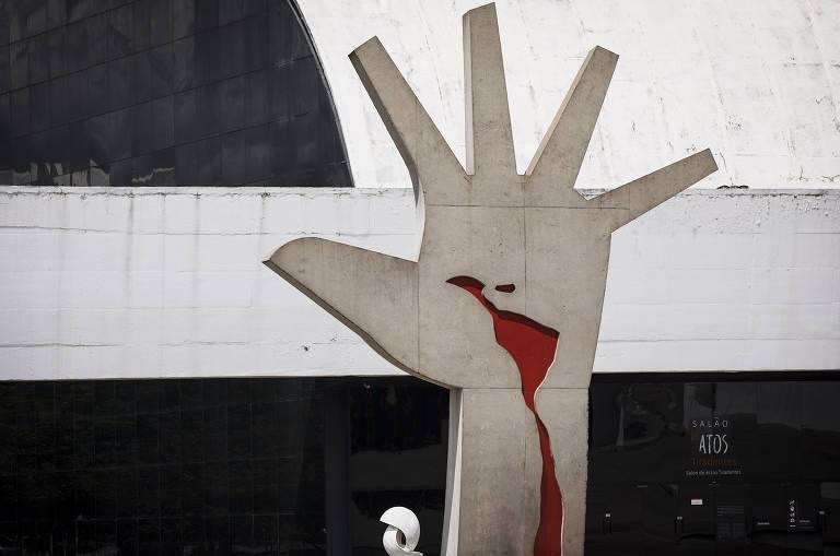 Detalhe de escultura de mão da área  externa do Memorial da América Latina