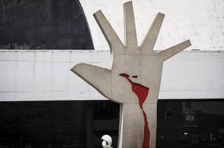 ***Especial 30 anos do Memorial da America Latina*** Detalhe de escultura de mao da area  externa das instalacoes do  Memorial da America Latina