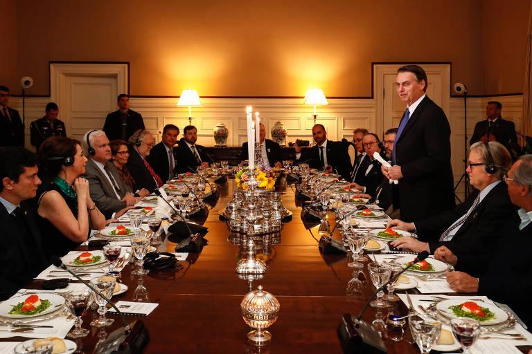 Jair Bolsonaro discursa durante jantar em Washington