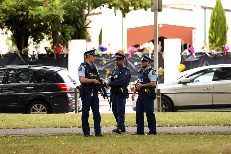 Policiais armados reforçam a segurança neste domingo (18) na mesquita Al Noor, a segunda a ser atacada na última sexta (16)