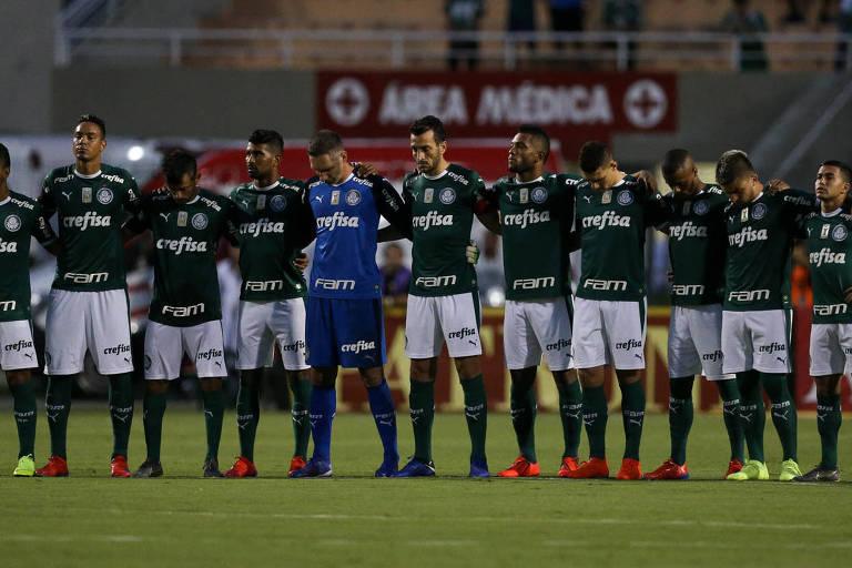 Palmeiras durante execução do hino em jogo contra a equipe do Bragantino, no Paulista