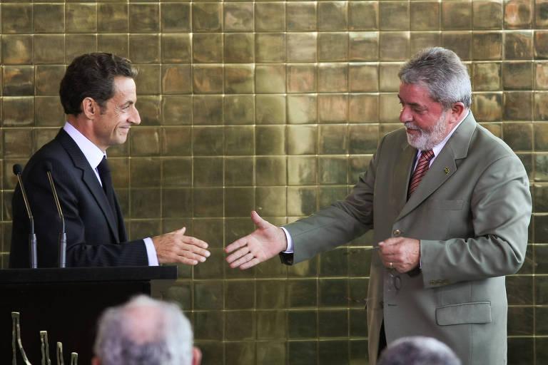 O então presidente francês, Nicolas Sarkozy, cumprimenta o então presidente Lula após entrevista em Brasília