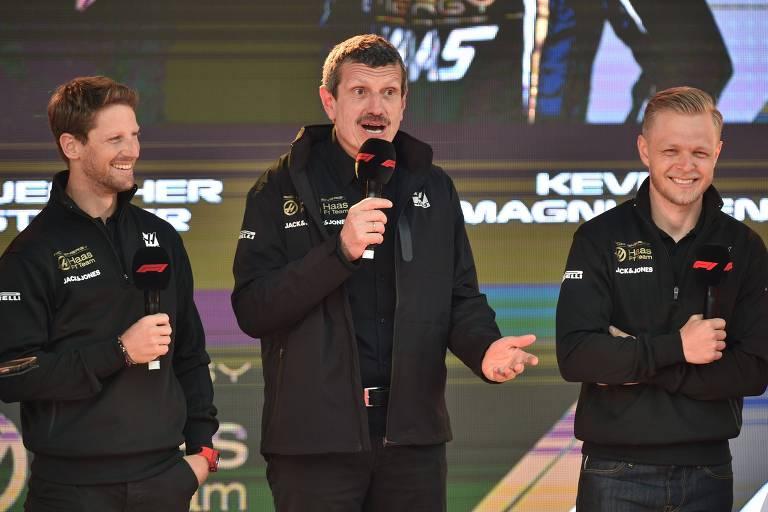 O chefe da equipe Haas, Guenther Steiner (centro), ao lado dos seus pilotos Romain Grosjean (esq.) e Kevin Magnussen