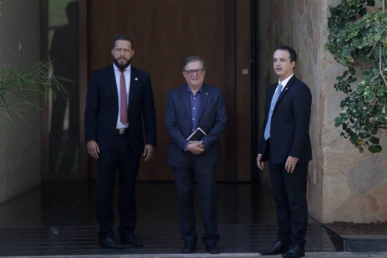 O ministro da Educação Ricardo Vélez Rodríguez deixa reunião na casa de Rodrigo Maia neste sábado (16)