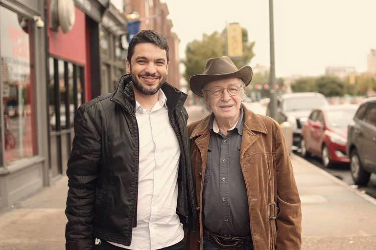 O diretor Mauro Ventura e o escritor Olavo de Carvalho, em registro sem data