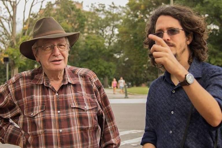 O escritor conservador Olavo de Carvalho e o diretor Josias Teófilo nos bastidores de 'O Jardim das Aflições'
