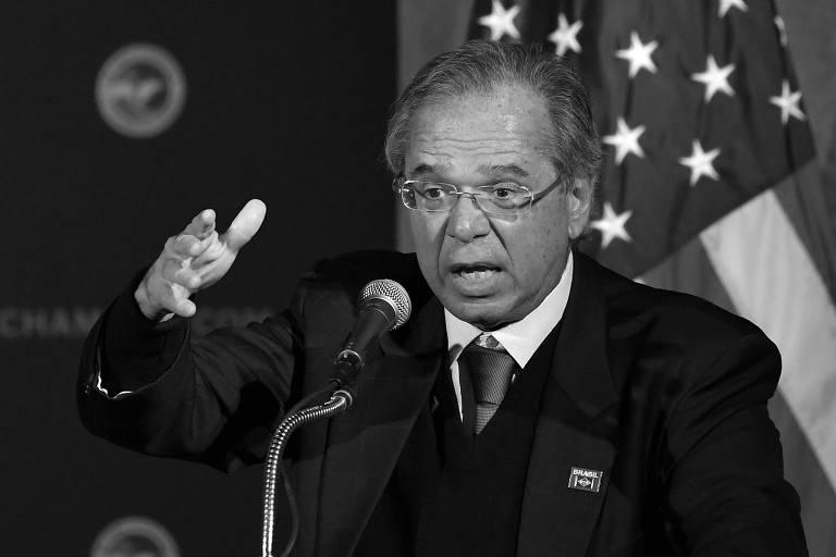 Paulo Guedes gesticula em pódio durante discurso