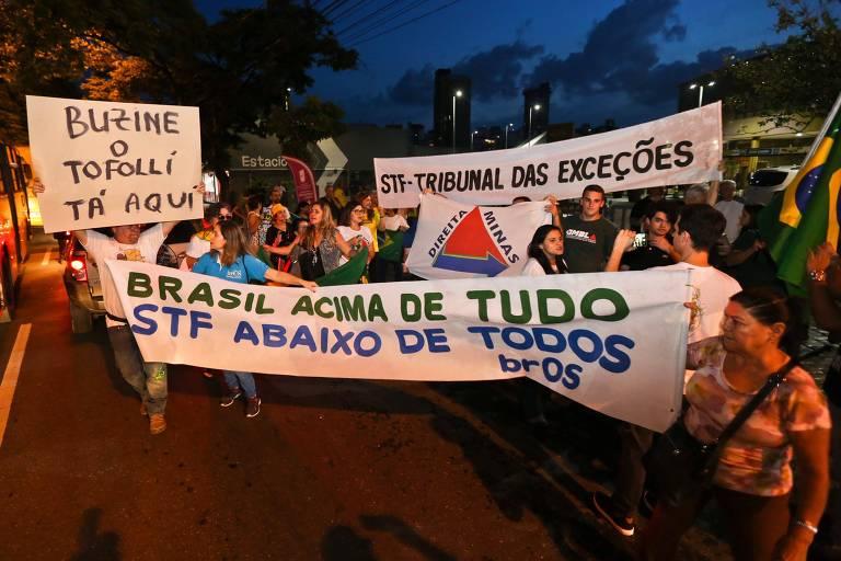 Manifestantes protestam contra o STF em frente a evento com o ministro Dias Toffoli, em Belo Horizonte