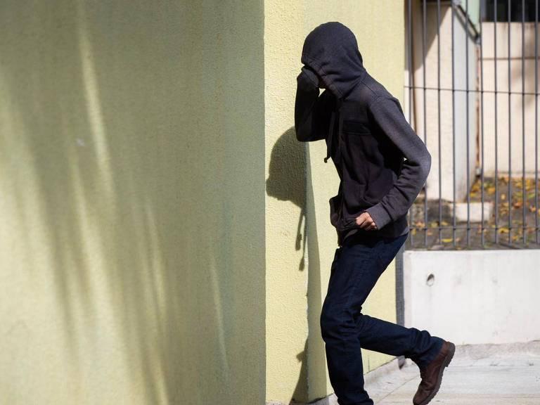 Adolescente suspeito de ataque em Suzano chega ao Fórum de Suzano encapuzado