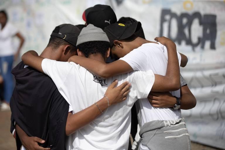Estudantes fazem homenagem em frente à Escola Estadual Raul Brasil, em Suzano