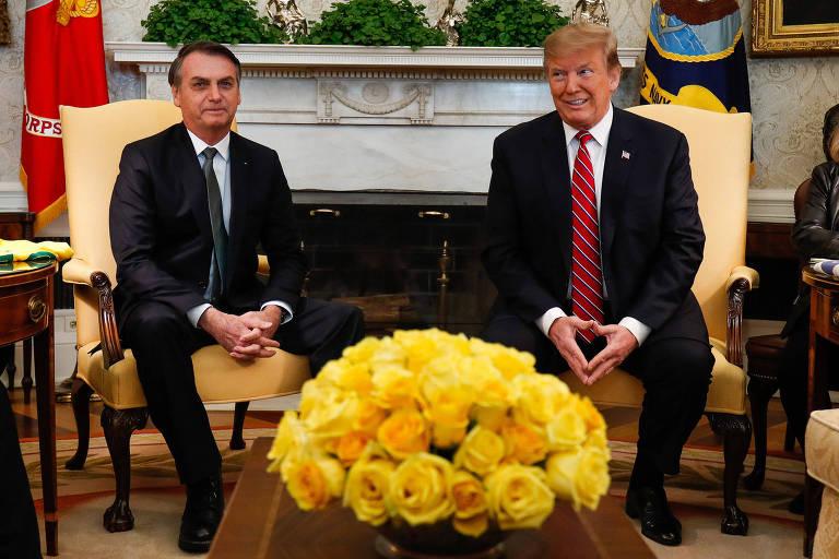 O presidente do Brasil, Jair Bolsonaro, e dos EUA, Donald Trump, no início do encontro no Salão Oval da Casa Branca