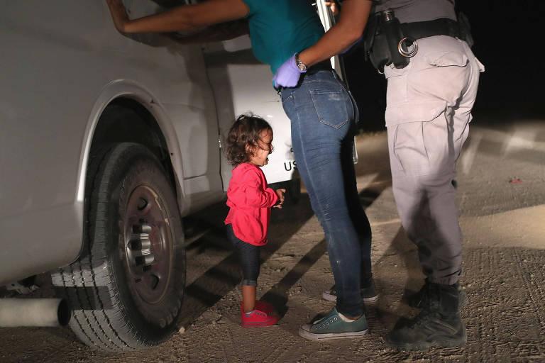 Criança chora enquanto mãe é abordada por agentes em McAllen (Texas)