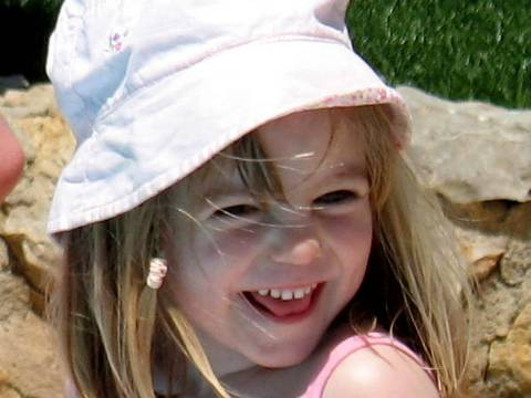 ORG XMIT: 574101_1.tif Madeleine McCann, a menina inglesa desaparecida no dia 3 de maio de 2007 em Portugal, em foto de arquivo. No dia 26 de maio de 2007 a polícia suíça mobilizou 50 homens no aeroporto de Genebra depois que duas testemunhas afirmaram ter visto a criança. Tratava-se de alarme falso. Picture released by the McCann family 24 May 2007 and was taken 03 May 2007, the same day Madeleine McCann (R) went missing from the family's holiday apartment in the southern Algarve region. A Dutch newspaper said 13 June 2007 it had received an anonymous letter giving details of where to find the body of a missing British girl who vanished in Portugal six week ago. Madeleine, aged four, disappeared from the hotel room where she and her two-year-old twin siblings were asleep in the southern Portuguese resort town of Praia da Luz on May 3. AFP PHOTO/HO