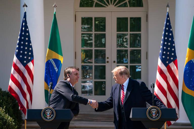 Jair Bolsonaro e Donald Trump se cumprimentam durante entrevista coletiva no jardim da Casa Branca
