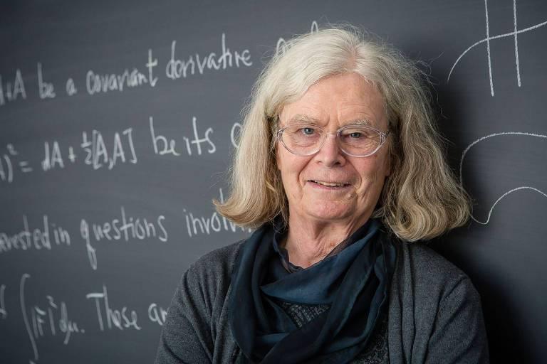 Karen Uhlenbeck em frente a lousa