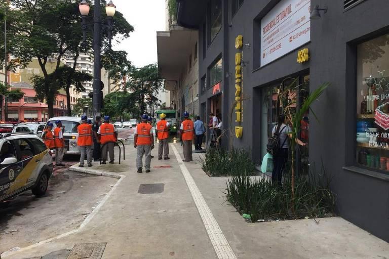 Agentes da prefeitura fazem ação de limpeza na rua Duque de Caxias