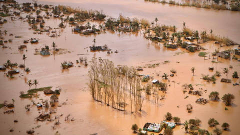 An aerial view shows the flooded plane surrounding Beira, central Mozambique, on March 20, 2019 after the passage of the cyclone Idai. - International aid agencies raced on March 20 to rescue survivors and meet spiralling humanitarian needs in three impoverished countries battered by one of the worst storms to hit southern Africa in decades. Five days after tropical cyclone Idai cut a swathe through Mozambique, Zimbabwe and Malawi, the confirmed death toll stood at more than 300 and hundreds of thousands of lives were at risk, officials said. (Photo by ADRIEN BARBIER / AFP)