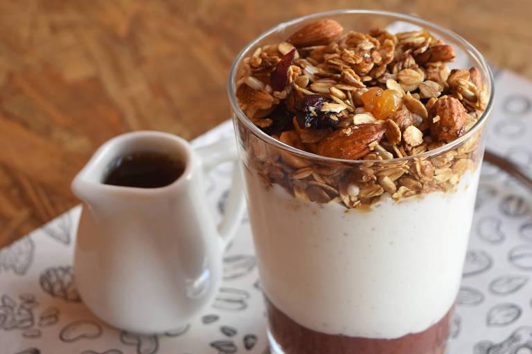 Iogurte de castanha de caju com granola de aveia sem glúten da Holy Nuts Café