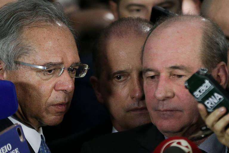 Observados por Onyx Lorenzoni (Casa Civil), Guedes (esq.) e Azevedo falam sobre a reforma