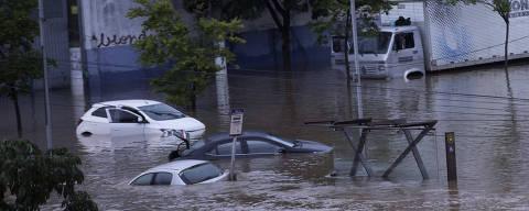 SÃO PAULO, SP - 11.03.2019: ALAGAMENTOS EM SÃO PAULO - Carros são encobertos pela água na Av. Presidente Wilson, zona leste da capital paulista, na manhã desta segunda-feira (11). As fortes chuvas que cairam durante a noite paralisaram a Linha 10 Turquesa da CPTM. (Foto: Bruno Rocha /Fotoarena/Folhapress) ORG XMIT: 1696034 ***PARCEIRO FOLHAPRESS - FOTO COM CUSTO EXTRA E CRÉDITOS OBRIGATÓRIOS***