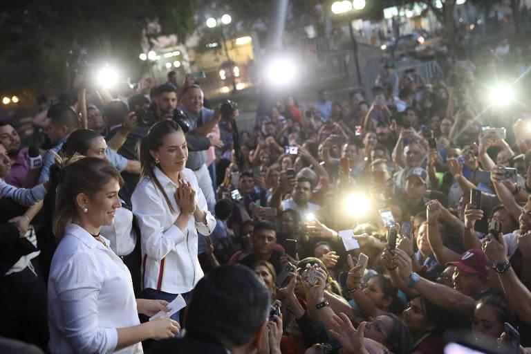 Fabiana Rosales (ao centro, com as mãos juntas), esposa do líder da oposição da Venezuela, Juan Guaidó, se encontra com venezuelanos que vivem no Chile durante visita a Santiago