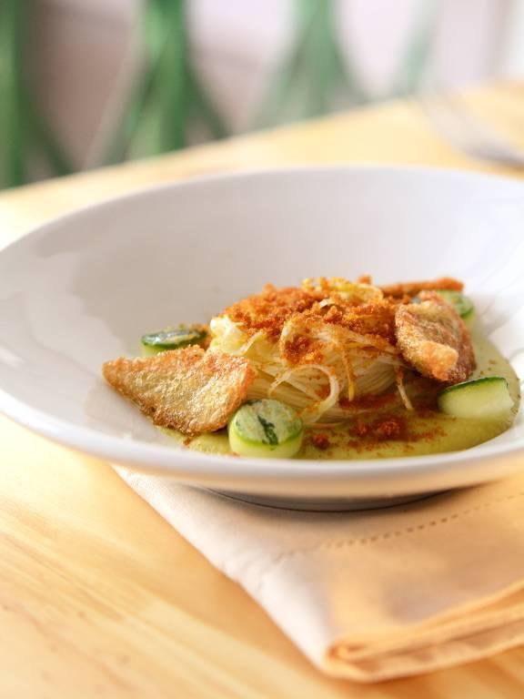 Velouté e espaguete de abobrinha, tempurá de peixinho e bottargado restaurante AE!