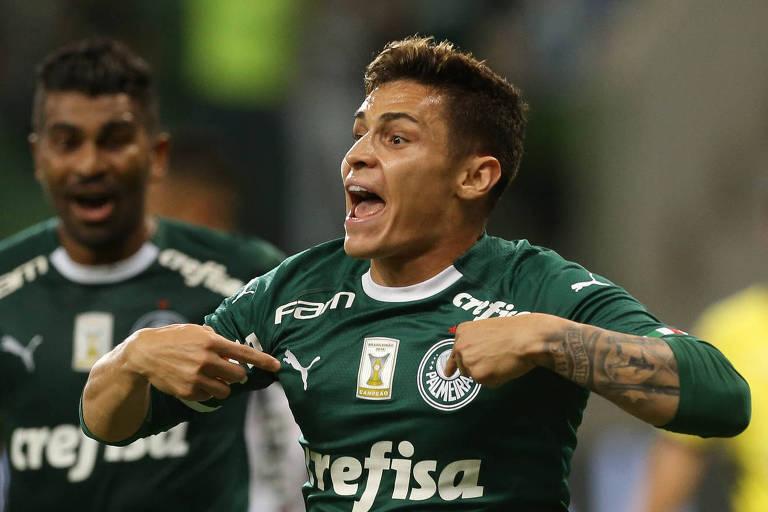 O meia atacante Raphael Veiga comemora o seu gol, que deu a vitória do Palmeiras sobre a Ponte Preta