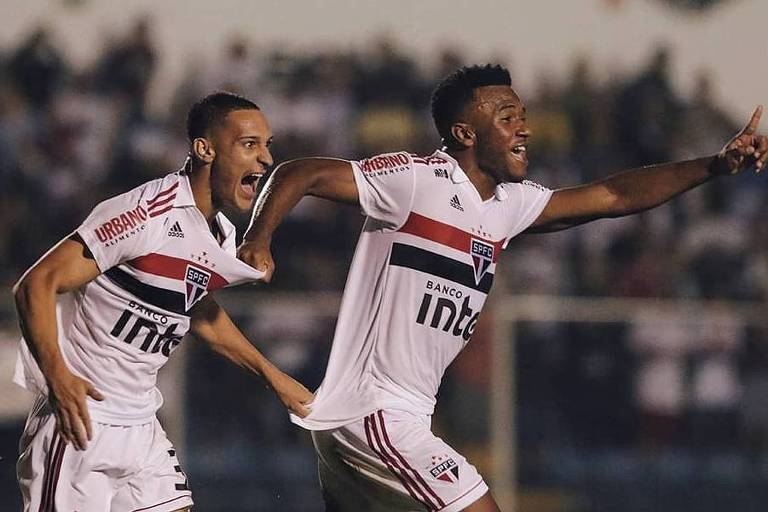 Atacante Antony (à direita) corre para comemorar o seu gol contra o São Caetano ao lado do volante Luan