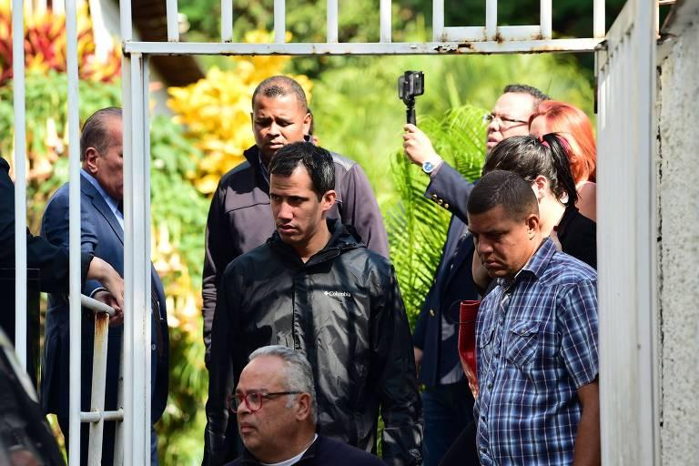 O líder oposicionista Juan Guaidó deixa a residência de Roberto Marrero, preso pela ditadura de Maduro
