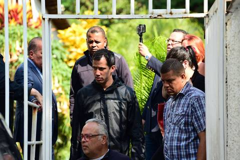 Venezuelan opposition leader and self-proclaimed interim president Juan Guaido (C) leaves the residence of his Chief of Staff Roberto Marrero, who was arrested during a raid early March 21, 2019 at his house in Caracas. - Venezuelan intelligence officers Thursday arrested the chief of staff of Juan Guaido, the opposition leader recognized by the US and other countries as interim leader, Guaido and the opposition-ruled congress said on Twitter. Roberto Marrero was grabbed by SEBIN officers when they staged a pre-dawn raid on his Caracas home, according to Guaido and a recorded voice message by Marrero published on social media. (Photo by RONALDO SCHEMIDT / AFP)
