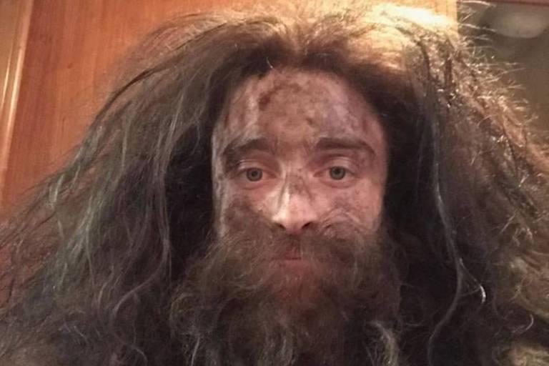 Daniel Radcliffe surge com barba e cabelos compridos e é comparado a Hagrid de 'Harry Potter'
