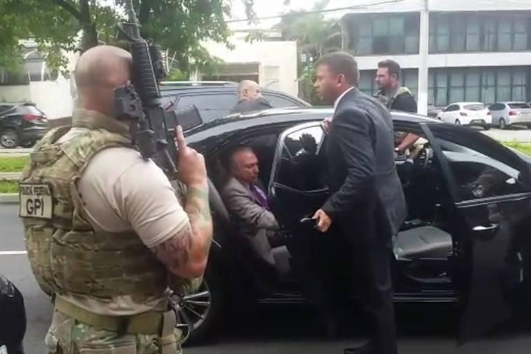 O ex-presidente Michel Temer no momento em que foi abordado por policiais em São Paulo na manhã desta quinta-feira (21), quando foi preso