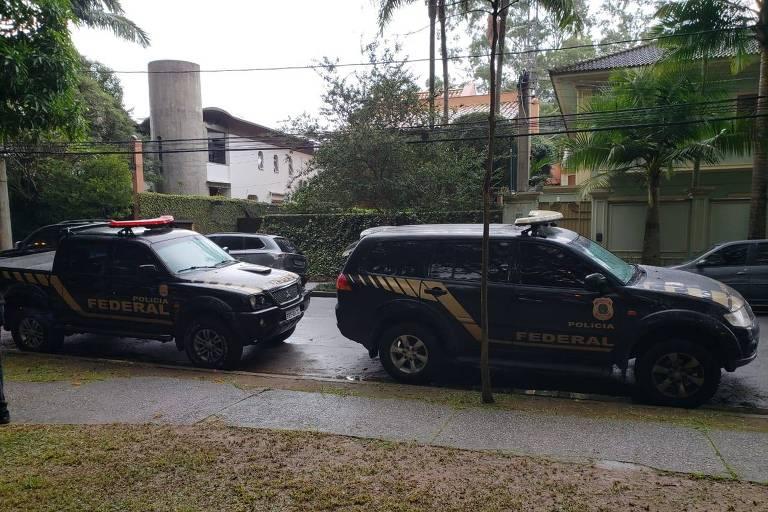 Carros da Polícia Federal em frente à casa de Michel Temer, no Alto de Pinheiros, zona oeste de São Paulo