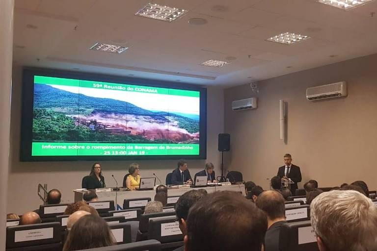 Reunião do Conama (Conselho Nacional do Meio Ambiente) na quarta-feira (20), em Brasília; na imagem é possível ver os lugares marcados nas cadeiras