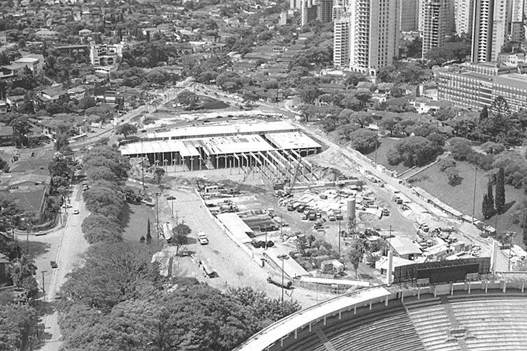 A construção do piscinão do Pacaembu, em 1995, sob o que é hoje a praça Charles Miler