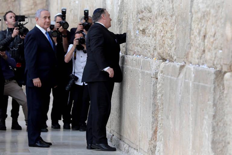 O premiê israelense Binyamin Netanyahu e o secretário de Estado dos EUA, Mike Pompeo, durante visita ao Muro das Lamentações nesta quinta (21)