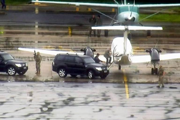 O ex-presidente Michel Temer embarca em avião no aeroporto de Guarulhos rumo ao Rio de Janeiro.