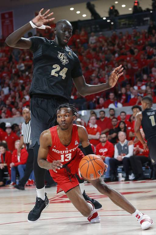 O senegalês Tacko Fall, de 2,29 metros, marca o armador Dejon Jarreau em jogo do basquete universitário americano