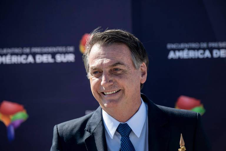 O presidente Jair Bolsonaro durante entrevista coletiva ao desembarcar em Santiago, no Chile, nesta quinta-feira (21)
