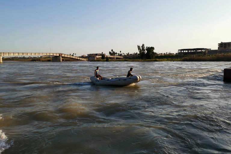 Equipe de resgate procura sobreviventes no Rio Tiger após naufrágio de uma balsa durante comemorações do Ano-Novo curdo