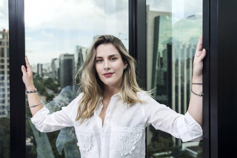 Bettina Rudolph, 22, no escritório da Empiricus com vista para avenida Faria Lima, em São Paulo