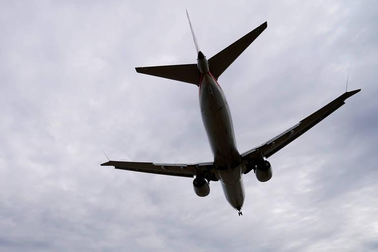 Avião num céu nublado
