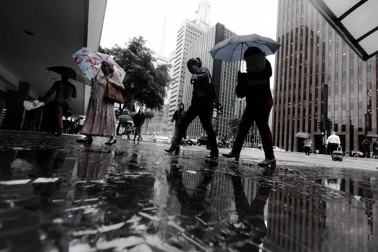 Onda de chuva e frio atinge capital paulista no início do outono